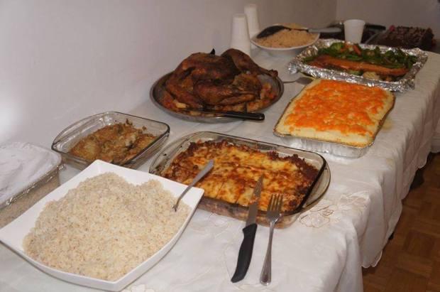 No cardápio teve arroz, frango, peru, lasanha, salmão, escondidinho e maionese