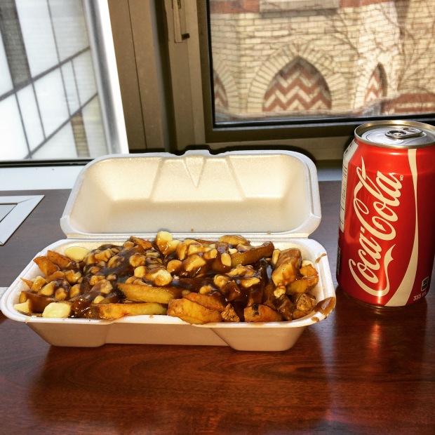 Small classic poutine + coca = 5 dólares